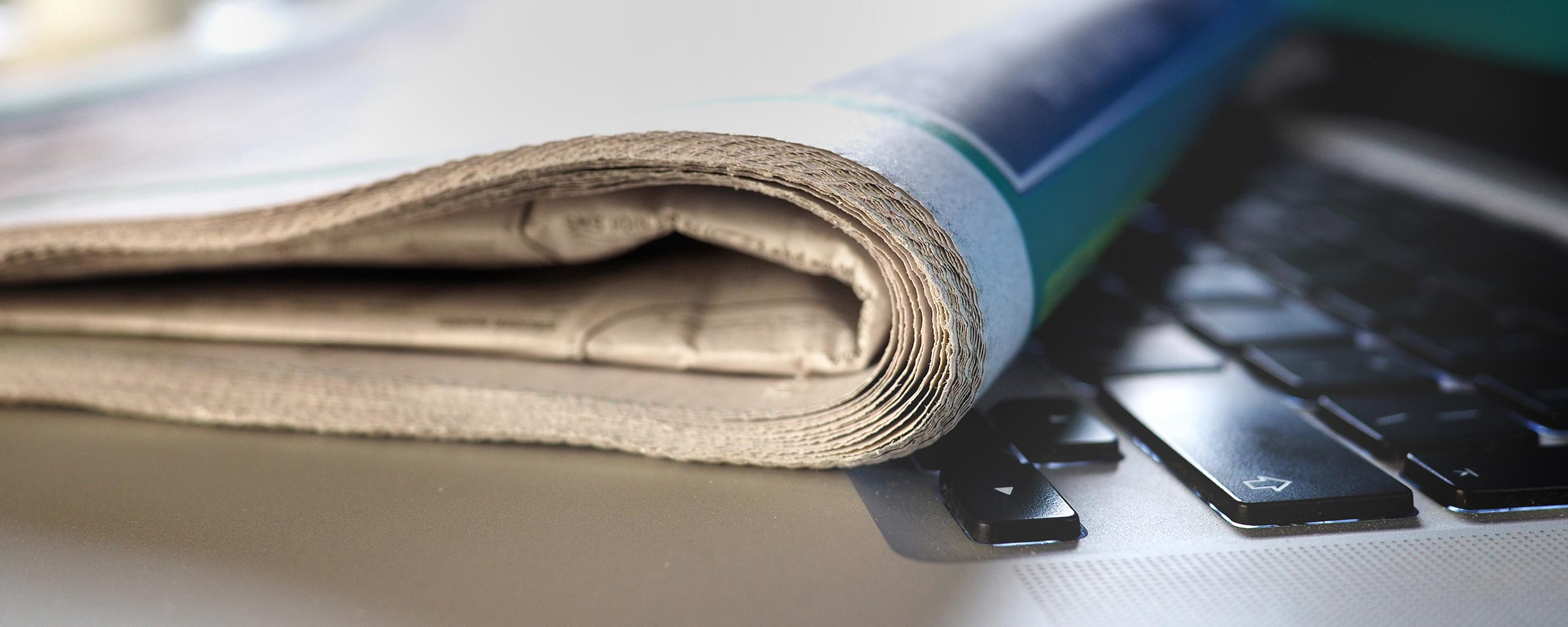Zeitung auf einem Laptop
